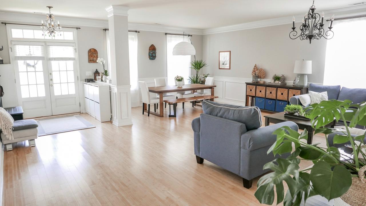 Główne wejście i oficjalna część domu, czyli tzw. living i dining room.