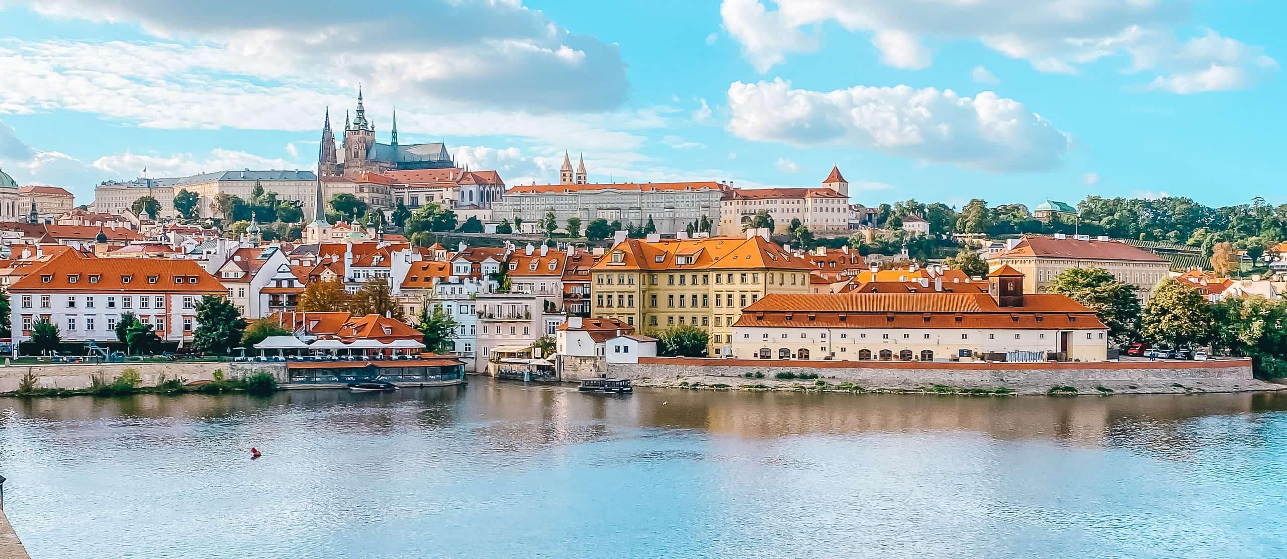 Praga widok na Hradczany i Mniejsze Miasto z Mostu Karola